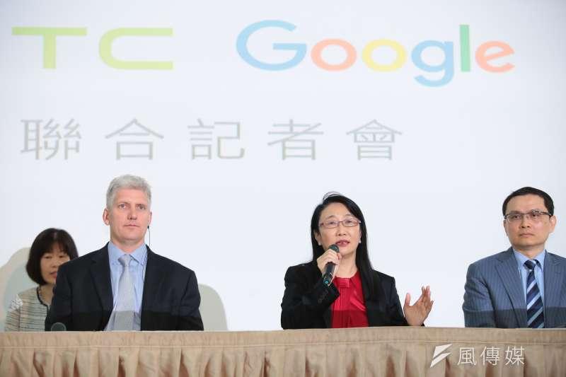 20170921-HTC宏達電董事長兼執行長王雪紅(中)21日宣布以新台幣330億元的金額,出售手機代工部門給Google,並與Google硬體事業部資深副總裁歐斯特羅(Rick Osterloh,左一)一同召開記者會。(顏麟宇攝)