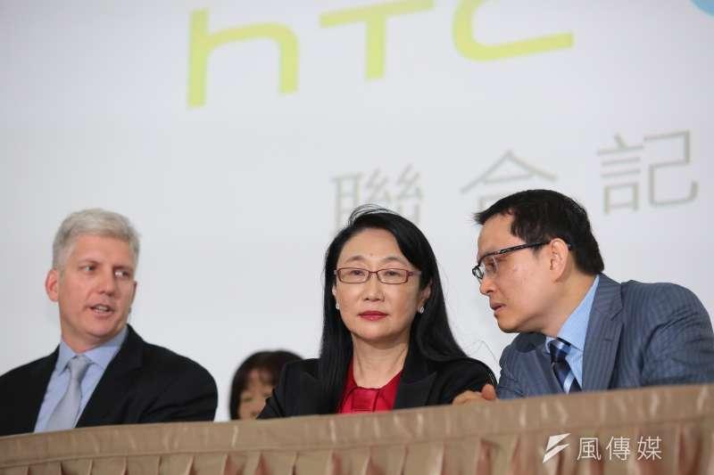 20170921-HTC宏達電董事長兼執行長王雪紅(右)21日宣布以新台幣330億元的金額,出售手機代工部門給Google,並由HTC智慧手機暨物聯網事業總經理張嘉臨(右一)陪同召開記者會。(顏麟宇攝)
