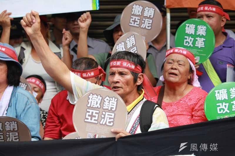 2017-09-21-地球公民基金會等環團與花蓮當地太魯閣族北上立院召開記者會,抗議針對亞泥礦權展延的訴願遭到駁回04。(方炳超攝)