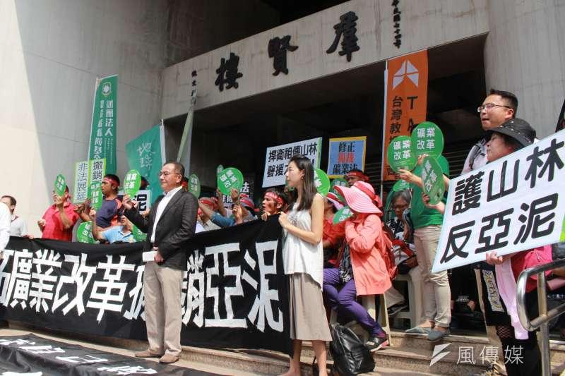 2017-09-21-地球公民基金會等環團與花蓮當地太魯閣族北上立院召開記者會,抗議針對亞泥礦權展延的訴願遭到駁回。(方炳超攝)