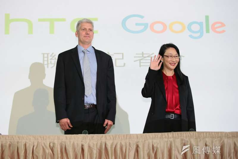 20170921-圖為宏達電董事長暨執行長王雪紅(右)與Google 硬體資深副總裁 Rick Osterloh(左)。(顏麟宇攝)