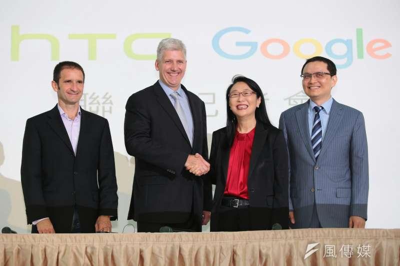 宏達電21日宣布出售手機代工部門給Google。圖為Google硬體資深副總裁Rick Osterloh(左二)與宏達電董事長暨執行長王雪紅(左三)。(顏麟宇攝)