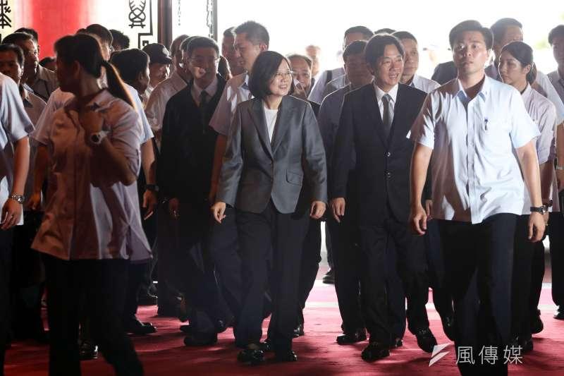 民進黨24日舉行全代會,行政院長賴清德下午到達圓山飯店後,先在門口等待黨主席蔡英文,待蔡英文到場後才一起進場。(蘇仲泓攝)