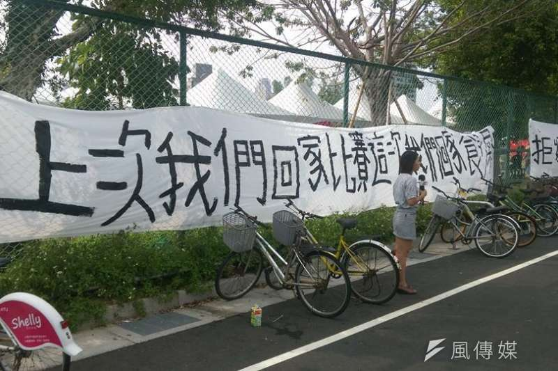 台灣大學舉辦「中國新聲音」歌唱選拔會,台大校園內掛上抗議標語。(林靖堂提供)