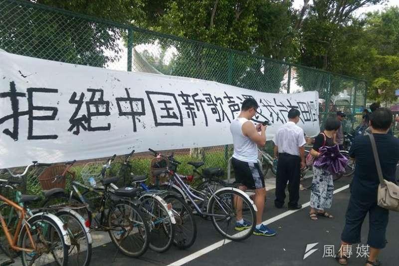 2017-09-24-台灣大學舉辦「中國新聲音」歌唱選拔會,台大校園內掛上抗議標語。(林靖堂提供)