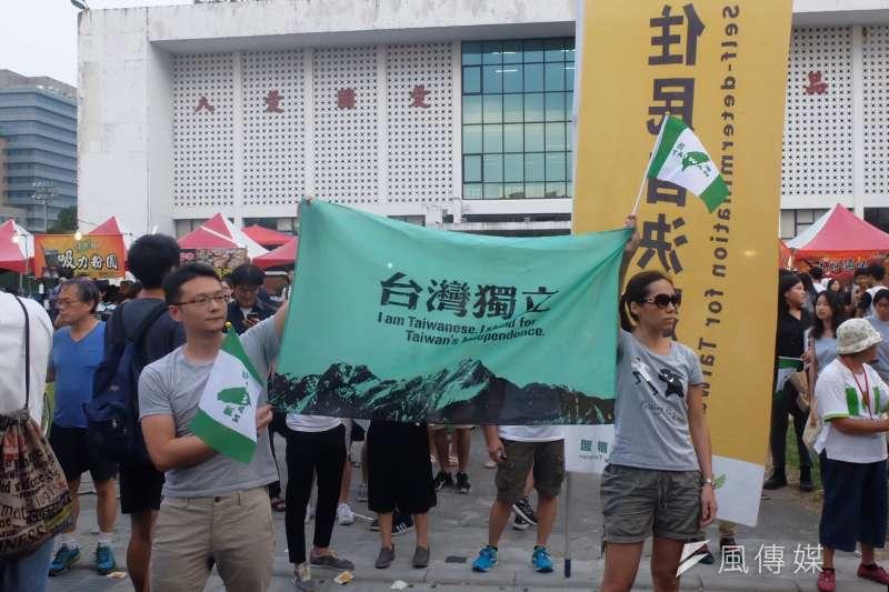 2017-09-24-台灣大學舉辦「中國新聲音」歌唱選拔會,自由台灣黨到場聲援03。(謝孟穎攝)