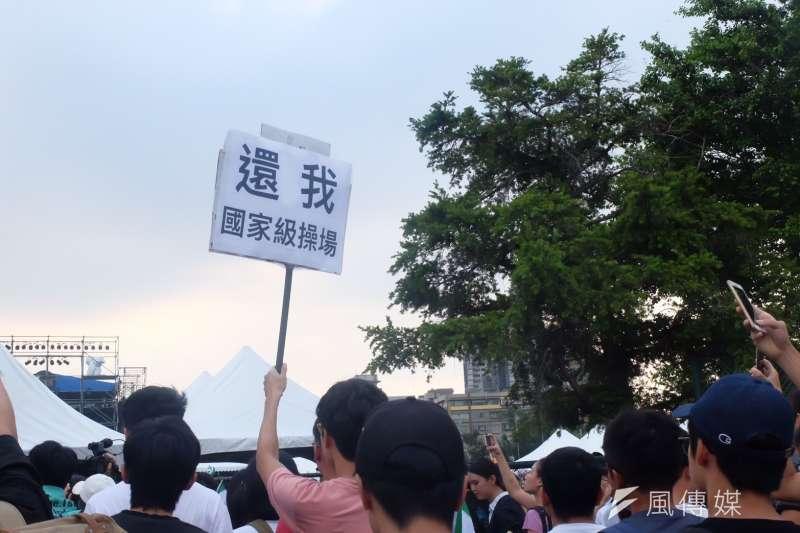 2017-09-24-台灣大學舉辦「中國新聲音」歌唱選拔會,抗議學生、社運團體進入舞台前高舉標語03。(謝孟穎攝)