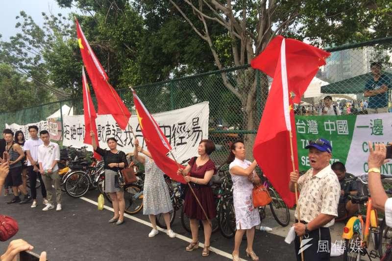 2017-09-24-台灣大學舉辦「中國新聲音」歌唱選拔會,愛國同心會與場外民眾發生衝突04。(謝孟穎攝)