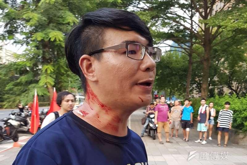 中國歌唱節目「中國新歌聲」24日下午在台大操場舉行,激起台大學生、公民團體於前往抗議,卻發生陳抗學生遭到統派團體愛國同心會持甩棍打傷流血。(取自田昀凡臉書)