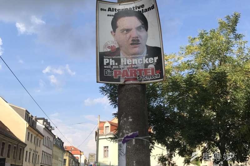 德勒斯登街頭一張將AfD(德國另類選擇黨)候選人醜化為希特勒的競選海報。(林璟昕攝)
