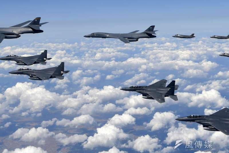 2017年9月18日,美軍向朝鮮半島出動4架F-35B「閃電II式」戰鬥機和2架B-1B轟炸機,參與韓美聯合模擬空襲。(AP)