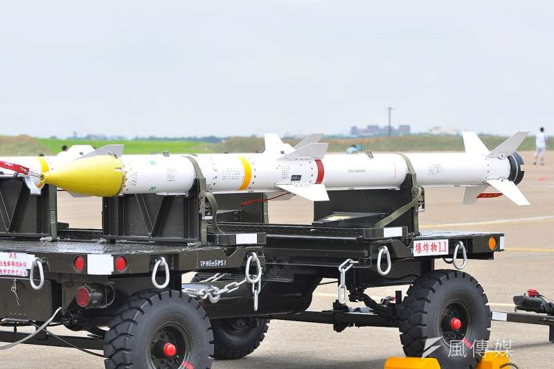 美國對台軍售清單中,AGM-88B反輻射飛彈為舊型庫存彈,國防部原決定等待國造天劍二A飛彈完成研發,棄購美方的舊型彈,但此項決議近來又有翻盤。圖為天劍二型飛彈 。(資料照,RudolphChen@Wikipedia-CC BY SA 3.0)