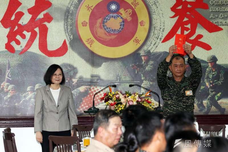 作者認為,總統直接民選是台灣歷史發展「本土化、現實化、民主化」之總體趨勢的具體呈現,當我們看待總統直接民選後產生了什麼樣的重大影響這個議題時,不應侷限於「總統直接民選」這單一的事件,而應著眼於以「總統直接民選」為輻轂之總體發展趨勢。圖為總統蔡英文。(資料照,蘇仲泓攝)