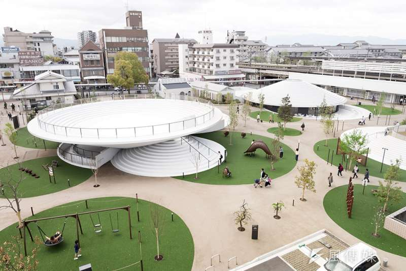 日本設計鬼才佐藤大操刀設計的廣場「CoFuFun」成為奈良新地標。(圖/取自Dezeen,瘋設計提供)