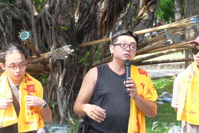 20170926-原轉小教室、凱道部落於台大醫院站一號出口外抗爭進入第216天,工地作家林立青聲援(謝孟穎攝)