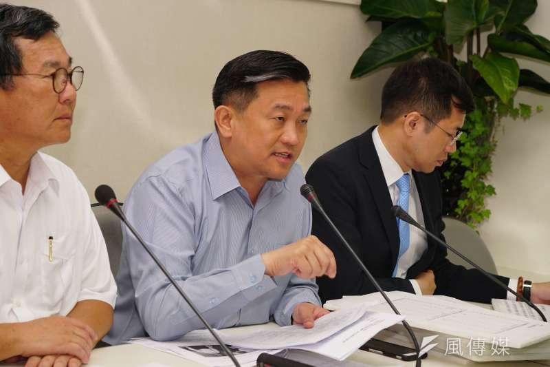民黨黨立委王定宇表示,海軍已決定要和慶富造船解約。(資料照片,盧逸峰攝)
