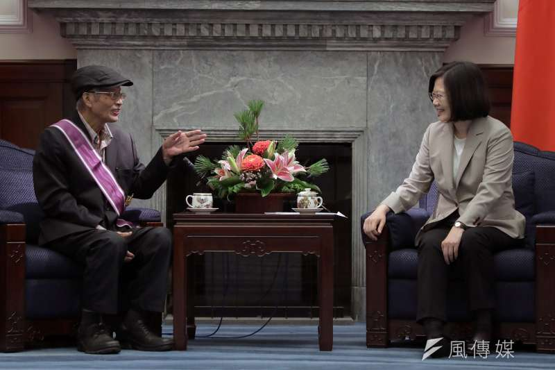 總統蔡英文27日頒贈「三等景星勳章」給前農委會副主委戴振耀,表彰他長期以來對國家農業發展的貢獻。(總統府提供)