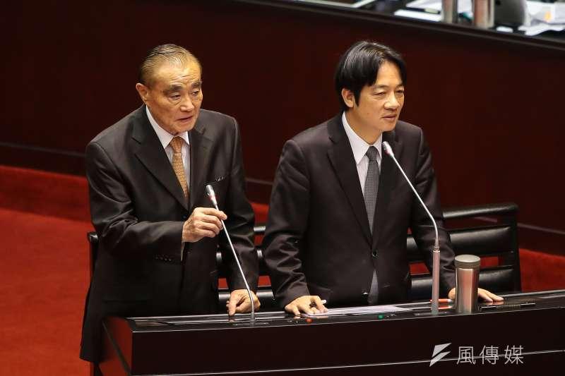 國防部長馮世寬(左)於立院備詢,一句中共攻台可撐兩周以上,引發熱議。(顏麟宇攝)