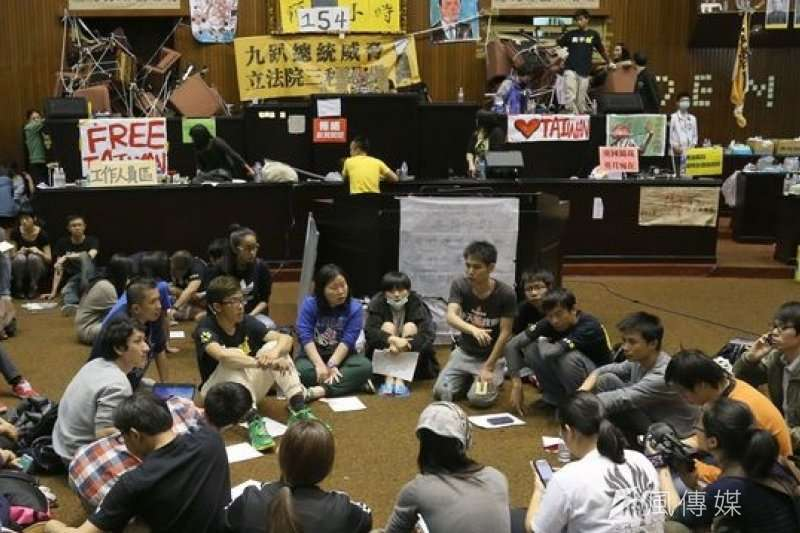 服貿條例審查引發爭議,在2014年3月18日,以學生為主的抗議民眾晚間9點左右衝進立法院靜坐抗議,展開為期23天的太陽花學運,也造成國民黨的大敗。(資料照片,吳逸驊攝)