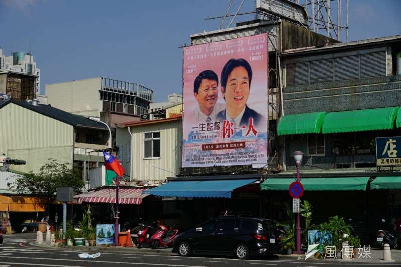 台南市議員謝龍介把網友所創作的KUSO版電影海報製作成大型看板,高掛在自己的服務處。(盧逸峰攝)