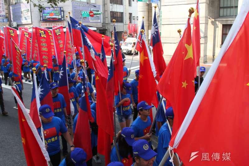 中華統一促進黨「兩岸一家親,幫中國慶國慶」遊行活動,出現我國旗和中華人民共和國旗陣並列。(陳明仁攝)
