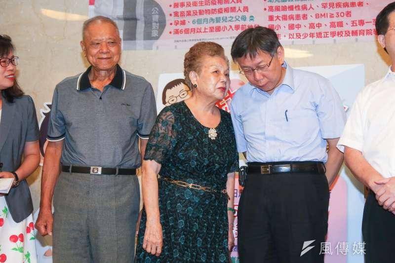 台北市長柯文哲與柯爸柯承發、柯媽何瑞英共同出席流感、肺炎鏈球菌疫苗施打記者會。柯文哲表示,請父母做宣傳不用花錢。(陳明仁攝)