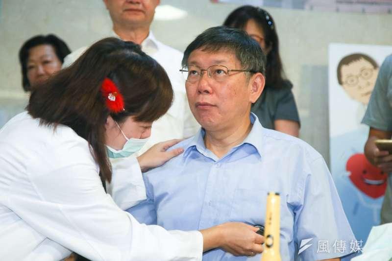 台北市長柯文哲與柯爸柯承發、柯媽何瑞英共同出席流感、肺炎鏈球菌疫苗施打記者會,柯文哲施打前被詢問有何不適?他回以只是蛀牙痛。(陳明仁攝)