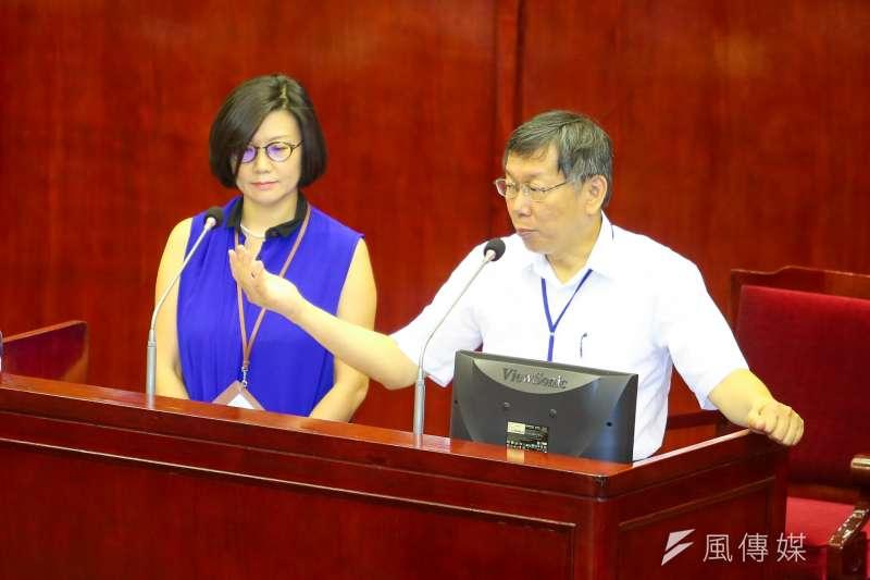 應市議會要求,台北市長柯文哲至議會報告「中國新歌聲」事件後續處理。柯表示,「(台大)這個活動是陸委會跟移民屬核准的」,對於議員指放如同病毒的統戰活動入台,柯文哲回應「病毒也是內政部放進來的」。(陳明仁攝)