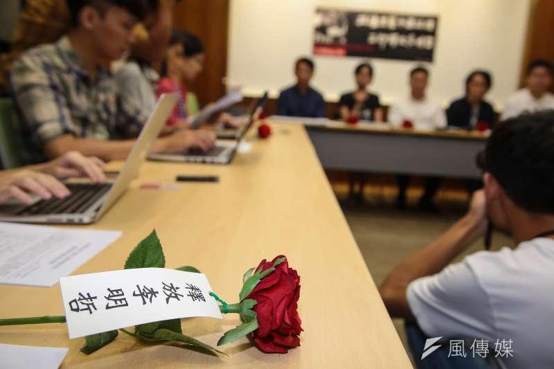 20171002-台灣人權促進會2日召開「李明哲可能已經秘密宣判─因應李明哲案宣判」記者會,並於現場準備寫有「釋放李明哲」的玫瑰花束。(顏麟宇攝)