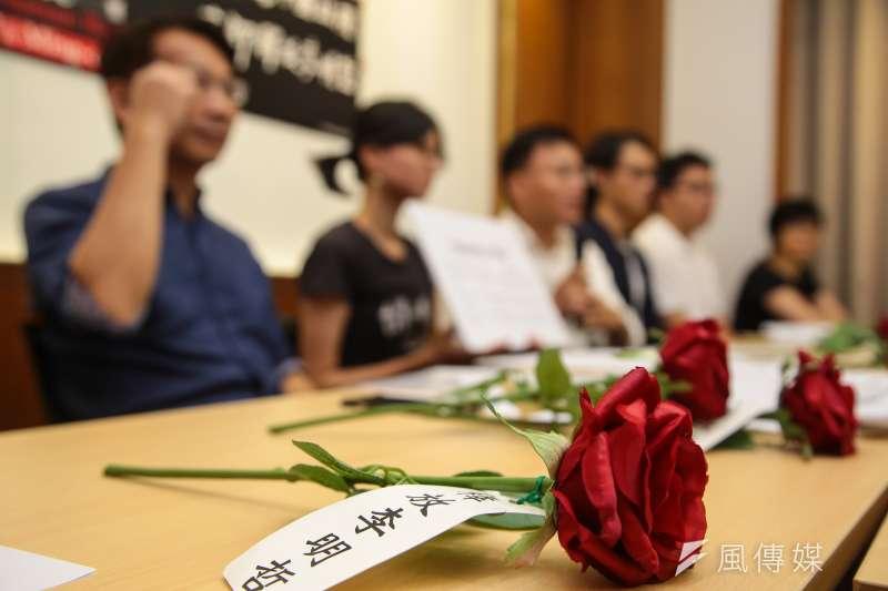 台灣人權促進會召開「李明哲可能已經秘密宣判─因應李明哲案宣判」記者會,並於現場準備寫有「釋放李明哲」的玫瑰花束。(顏麟宇攝)