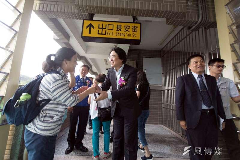 百福火車站人行天橋開通,基隆市長林右昌也現場感受。(圖/張毅攝)