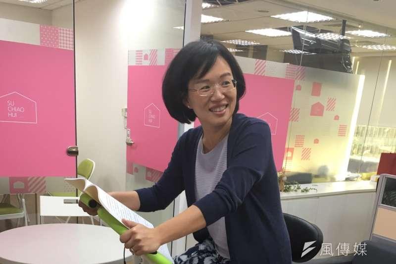 民進黨立委蘇巧慧自掏腰包購入健身車放在辦公室,讓自己和同事在工作閒暇也可以「騎單車」。(王文萱攝)