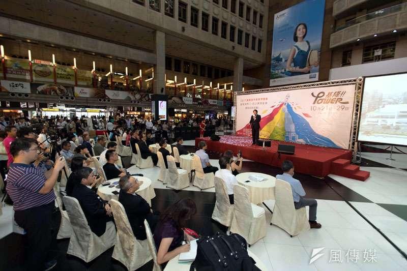 基隆市長林右昌帶領市府團隊到台北火車站大廳,強力推廣基隆產博會。(圖/張毅攝)