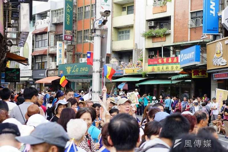 國慶連假適逢新北市淡水環境藝術節,淡水老街聚集了爆滿人潮。(盧逸峰攝)