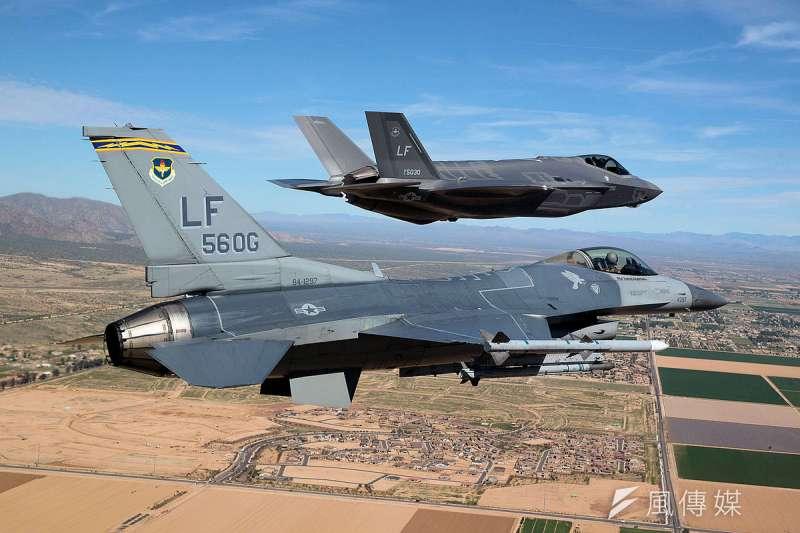 據了解,美國空軍教育訓練司令部原用來訓練F-16型戰機的路克基地,預計將在2019年後全面改為F-35戰機專用訓練基地。圖為F-35戰機於路克基地訓練。(資料照,取自美國空軍官網)