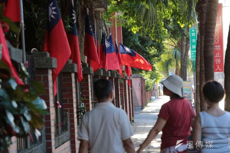 建中學生發起「把國旗插回南海路」活動,並將國旗插於校門旁的圍牆。(顏麟宇攝)