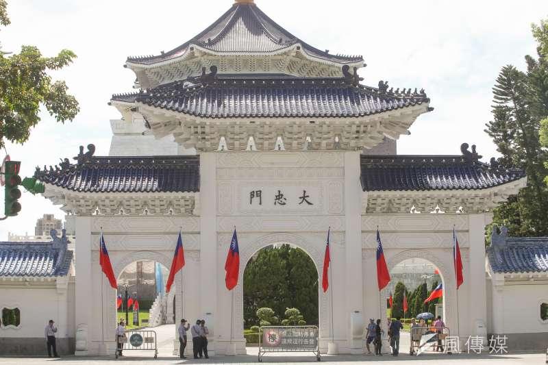 20171010-國慶國旗懸掛即景,中華民國106年國慶,中正紀念堂大忠門。(  陳明仁攝)