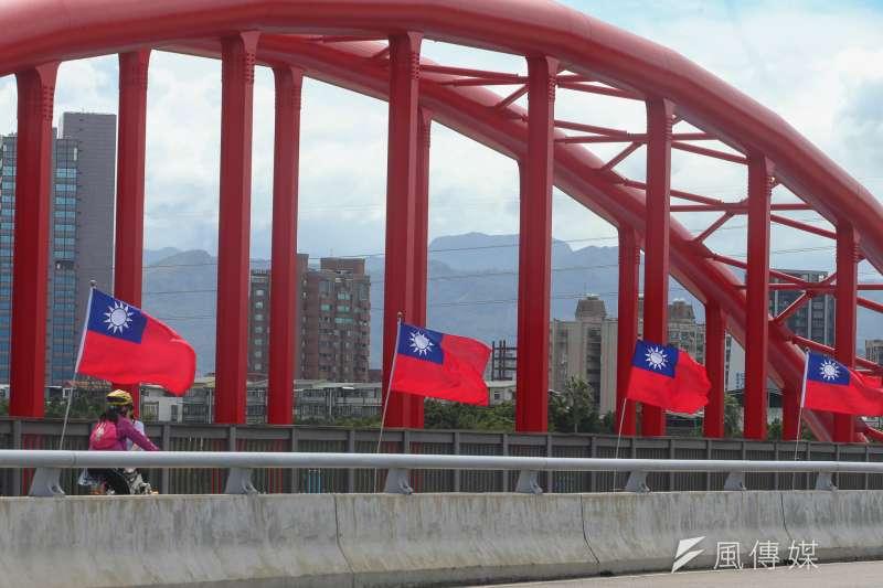主張台獨的台灣國成員陳儀庭等3人,在2015年的國慶日持美工刀、剪刀割損國旗,目前該案因高等法院聲請釋憲而暫停審理。(資料照,陳明仁攝)