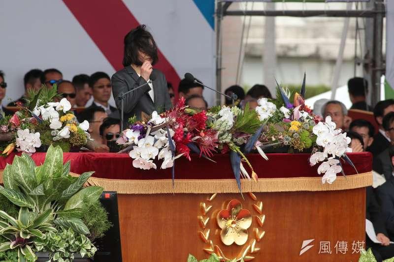 L20171010-總統蔡英文10日出席中華民國106年國慶典禮,致詞過程中一度因風大導致頭髮將臉遮蔽。(顏麟宇攝)