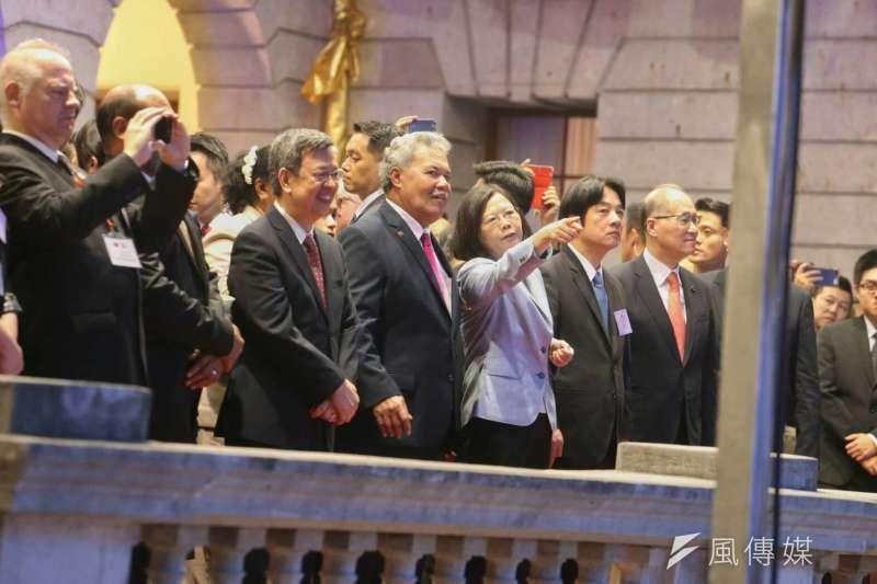 20171010-國慶酒會,總統蔡英文熱切地向吐瓦魯國索本嘉總理介紹表演內容。(陳明仁攝)