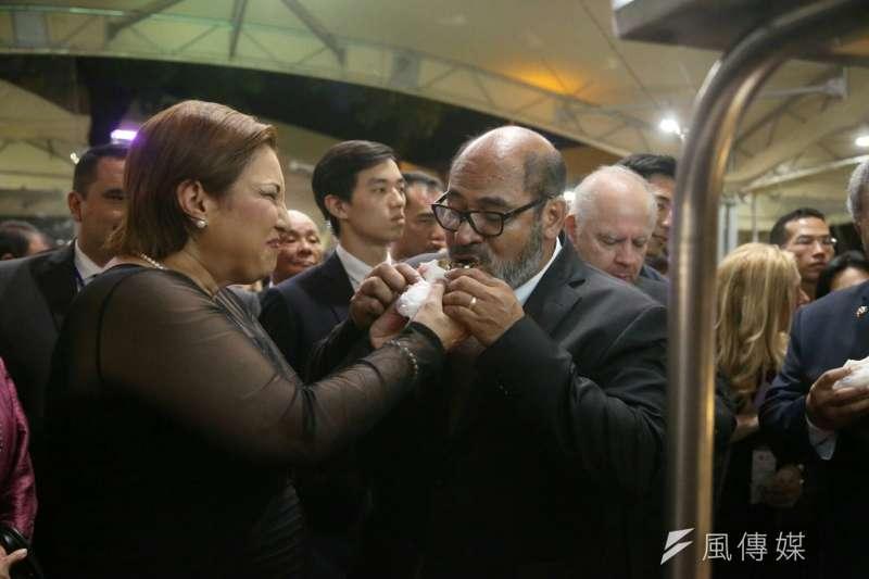 20171010-外交部舉辦國慶酒會,宏都拉斯共和國副總統葛芭拉對割包喊讚,並與她夫婿一同享用。(陳明仁攝)
