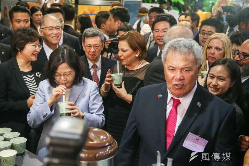 環保署禁用塑膠吸管,又釀成民怨。圖為去年國慶酒會,總統蔡英文介紹吐瓦魯國索本嘉總理來自台南的珍奶,與會國賓都用吸管。(陳明仁攝)