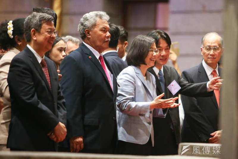 中華民國106年國慶酒會,總統蔡英文和行政院長賴清德觀賞表演時,不時咬耳朵,交換意見。(陳明仁攝)