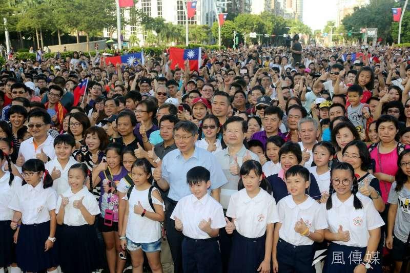 雙十國慶日,台北市政府按往例,一早在市府前舉辦升旗典禮,並發送限量3000份的「嗡嗡後背包」。(北市府提供)