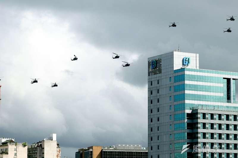 陸軍阿帕契、眼鏡蛇與戰搜直升機組成國軍旋翼機部隊,各以3架次整齊劃一緩緩通過主席台上空。這也是阿帕契等直升機首度飛越府前上空。(蘇仲泓攝)