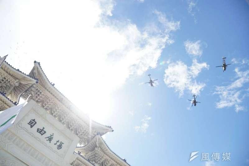 2017-10-10-中華民國106年度國慶日,總統府前國慶典禮,阿帕契直升機飛越總統府。106年國慶大典。(盧逸峰攝)