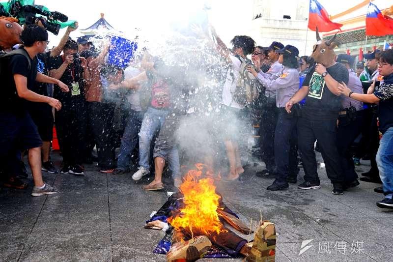 獨派團體10日舉辦中華民國告別式,於自由廣場焚燒中華民國殭屍,引來警方潑水制止。(盧逸峰攝)