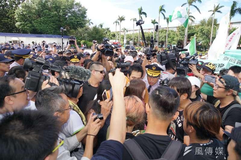 20171010-國慶大典,獨派團體舉辦中華民國告別式,於自由廣場焚燒殭屍。並與警方拉扯(盧逸峰攝)