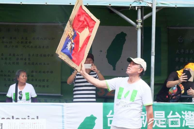 獨派團體蠻番島嶼社中華民國過橋活動,自由台灣黨主席蔡丁貴焚毀中華民國國旗(謝孟穎攝)