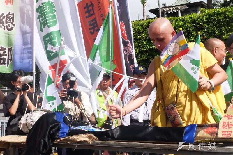 獨派團體蠻番島嶼社舉辦中華民國過橋活動,過程中還猛插象徵中華民國的殭屍。(謝孟穎攝)